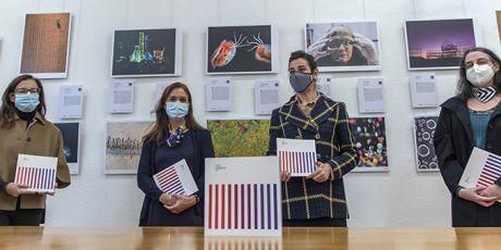 Inauguración de la exposición en Madrid. De izquierda a derecha: Rosa Capeáns, directora de Cultura Científica de la FECYT; Cecilia Cabello, directora general de la FECYT; Carmen Guerrero y Laura Llera, de la Vicepresidencia Adjunta de Cultura Científica del CSIC. / Sandra Diez (CSIC)