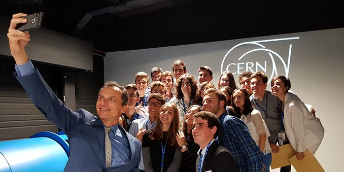 Pedro Duque entrega los diplomas a 24 estudiantes que realizan una estancia en el CERN